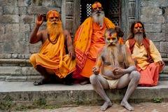 Sadhu män som välsignar i det Pashupatinath tempelet Arkivfoto