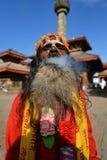 Sadhu man som röker örter i Katmandu Arkivbilder
