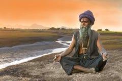 Sadhu medytacja blisko rzeki fotografia royalty free