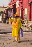 Sadhu på ghatsna av varanasi Arkivbild