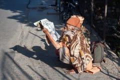 Sadhu se reposant sur la route dans Rishikesh Photos stock