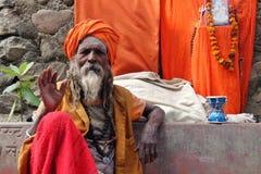 Sadhu velho que senta-se na rua de Rishikesh fotos de stock