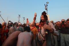Sadhus που μαζεύεται για να πάρει το λουτρό σε Kumbh Mela στοκ φωτογραφίες με δικαίωμα ελεύθερης χρήσης
