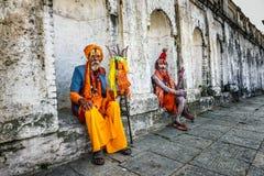 Sadhus de Shaiva que vaga (hombres santos) en el templo antiguo de Pashupatinath, Nepal imagen de archivo