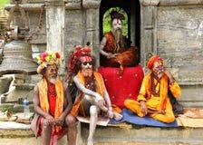 Sadhus em um templo perto do templo de Sri Pashupatinath Imagem de Stock