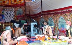 Sadhus en la compañía religiosa (satsang) en el gran mela 2016, Ujjain la India del kumbh del simhasth Fotografía de archivo