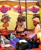 Sadhus hindú con los dreadlocks y ropa del azafrán en el mela Ujjain la India del kumbh de Maha del simhasth Imagen de archivo libre de regalías