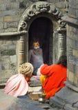 Sadhus, hombres santos, en el templo de Pashupatinath, Katmandu, Nepal fotografía de archivo libre de regalías