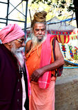 Sadhus indù con i dreadlocks e abbigliamento dello zafferano al mela Ujjain India del kumbh di Maha del simhasth Fotografia Stock