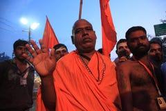 Sadhus komt aan bad in de rivier in Kumbh Mela Stock Fotografie