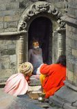 Sadhus, uomini santi, al tempio di Pashupatinath, Kathmandu, Nepal fotografia stock libera da diritti