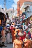 Sadhus y peregrinos en las calles de Badrinath, la India del norte foto de archivo