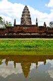 Sadok kok thom石头城堡与反射池塘,泰国的高棉艺术 库存图片