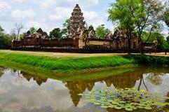 Sadok kok thom石头城堡与反射池塘,泰国的高棉艺术 免版税库存图片