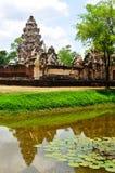 Sadok kok thom石头城堡与反射池塘,泰国的高棉艺术 库存照片