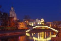 Sadovnichesky bro i den sena aftonen fotografering för bildbyråer
