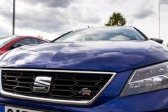 Sadza firma loga na błękitnym samochodowym Seat Leon FR zdjęcie royalty free