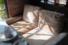 sadza kanapę dwa Zdjęcia Stock