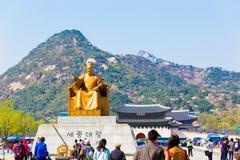 Sae Jong Dae Statue Gyeongbokgung Door Bugaksan H Fotografie Stock Libere da Diritti
