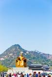 Sae Jong Dae Statue Gyeongbokgung Door Bugaksan V Immagine Stock Libera da Diritti