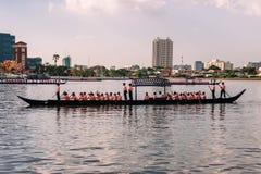 Saeng barka eskorty barki wewnątrz próba kostiumowa dla Królewskiego barka korowodu na Chao Phraya rzece Lesser Zdjęcia Stock