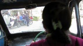 Η γυναίκα οδηγεί έναν ρυθμό SAFA στο Κατμαντού, Νεπάλ απόθεμα βίντεο