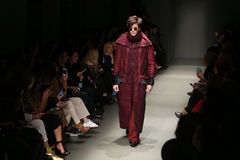 Safak Tokur Catwalk en Mercedes-Benz Fashion Week Istanbul imágenes de archivo libres de regalías