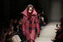 Safak Tokur Catwalk en Mercedes-Benz Fashion Week Istanbul Fotos de archivo libres de regalías