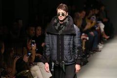 Safak Tokur Catwalk en Mercedes-Benz Fashion Week Istanbul imagen de archivo libre de regalías