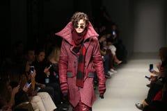 Safak Tokur Catwalk i Mercedes-Benz Fashion Week Istanbul royaltyfria foton