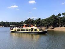 Safari Boat, die vorbei überschreitet Stockbilder