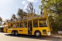 Safari Bus And Tourists In amarilla San Diego Zoo Fotografía de archivo