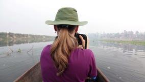 Safari di canoa nel parco di Chitwan del Nepal video d archivio