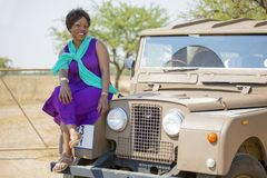 Safari em África com vintage Land Rover fotografia de stock royalty free