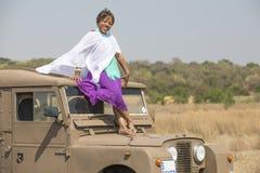 Safari em África com vintage Land Rover imagens de stock royalty free