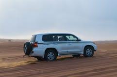 Safari fuori strada del deserto - duna che colpisce con 4x4 il veicolo nelle dune di sabbia arabe, Dubai, UAE Fotografia Stock