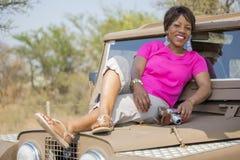 Safari i Afrika med tappning Land Rover arkivbilder