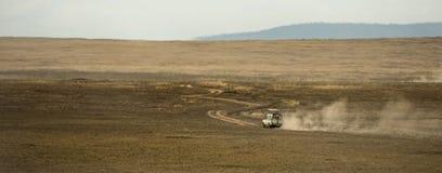 Safari jeeps crossing Serengeti, Tanzania Royalty Free Stock Photos