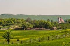 Safari Park och kyrka av St Nicholas Etniskt nöjesfält Kudykina Gora för familj royaltyfria foton
