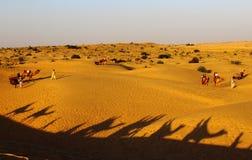Safari remoto rural do deserto com camelo Imagem de Stock Royalty Free