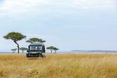 Safari Tour Vehicle i Kenya grässlättar royaltyfri bild