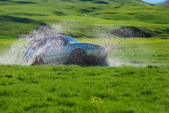 Safari tous terrains 4x4 Prés, marais et montagnes verts Photos stock