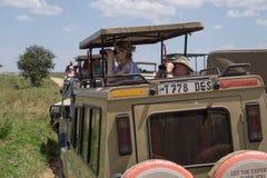 Safari turyści patrzeje dla dzikich zwierząt zdjęcie stock
