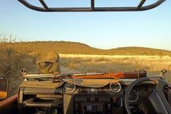 Safariautos auf Spiel treiben mit Tieren herum, Ngorongoro Krater in Tanzania an Stockfotos