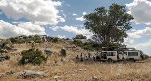 Safaribil med turister Arkivbilder