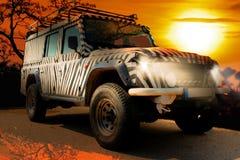 Safarijeep mit einem Zebramuster fährt durch ein trockenes heißes savana der Beschaffenheit von Afrika stockfoto