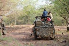 Safarijeep in streek 4 van Ranthambore-park Stock Afbeeldingen