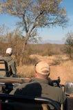 Safarijeep unterwegs Lizenzfreie Stockfotos