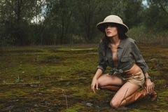 Safarikvinna i morgonträsket Arkivfoton
