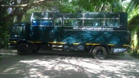 Safarilastbilen som är klar för, undersöker det attractractive landet av Tanzania arkivfoto
